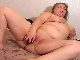 Chubby babe Katie plays with her dildo