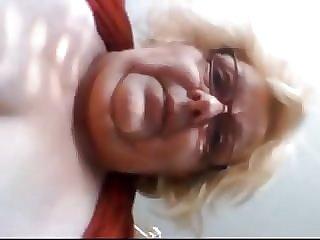 Fette Oma zeigt sich